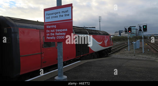 Virgin East Coast Mainline Train,Aberdeen Railway Station,Scotland,UK - Passengers must not cross the line sign - Stock Image