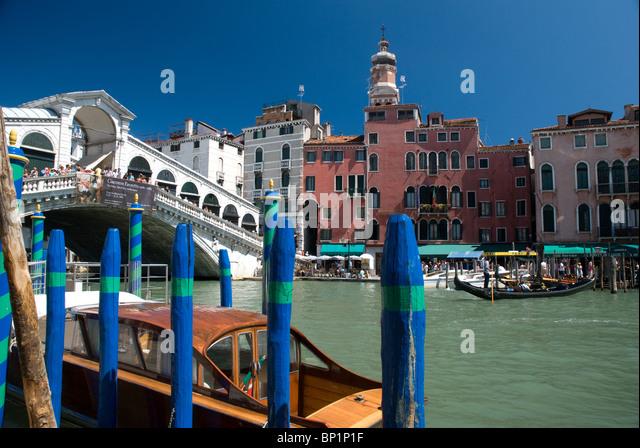 Rialto Bridge and boats/gondolas, Venice, Italy - Stock Image