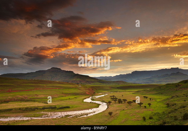 dusk sky over the Tugela Valley with the Drakensberg Mountains beyond, KwaZulu Natal, South Africa - Stock-Bilder
