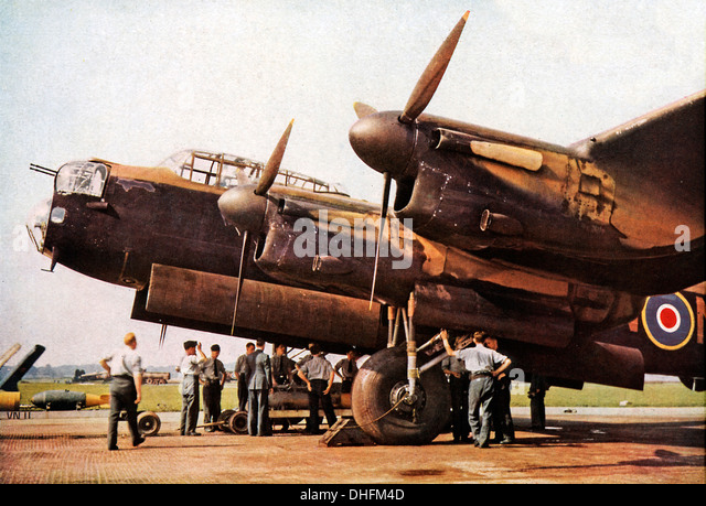 Loading a Lancaster Bomber, 1942 colour photo of the iconic RAF heavy bomber bombing up before a raid on Germany - Stock-Bilder