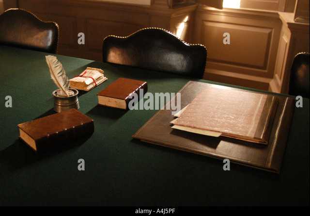 Williamsburg Virginia Quill pen on empty desk living history colonial america - Stock Image