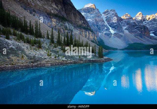 Spectacular blue waters at Moraine Lake in Banff National Park, Canada - Stock-Bilder