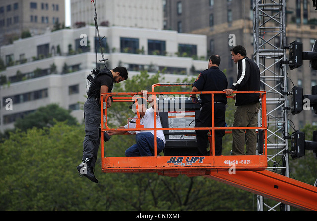 David Blaine  just hanging around for DAY ONE - David Blaine's The Upside Down Man Endurance Challenge, Wollman - Stock Image