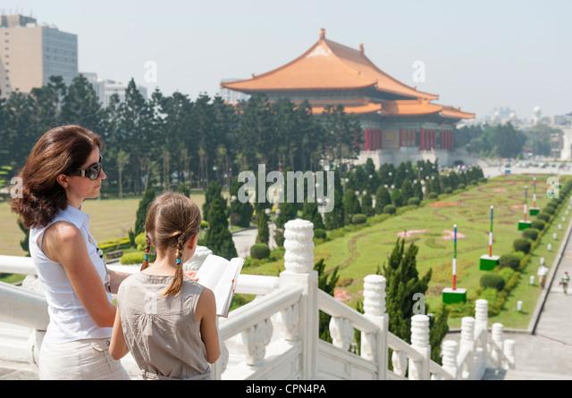 Mother and daughter reading guidebook at Chiang Kai-shek Memorial Hall, Taipei, Taiwan - Stock Image