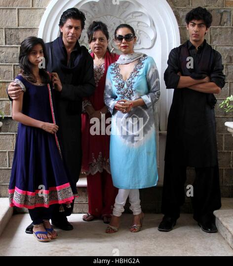 Bollywood actor Shah Rukh Khan family daughter Suhana Shehnaz Gauri Aryan photo occasion Eid al-Fitr at his residence - Stock-Bilder