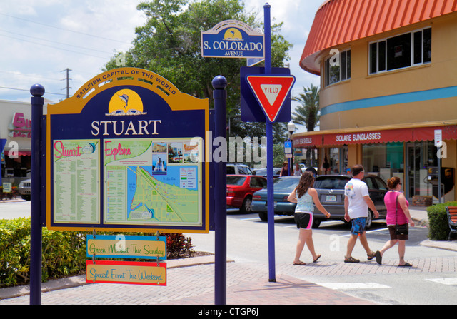 Florida Stuart South Colorado Avenue downtown sign directory shopping yield sign - Stock Image