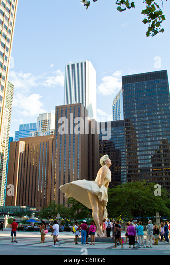 Marilyn Monroe statue surrounded by tourists on Michigan Avenue in downtown Chicago, Illinois. - Stock Image