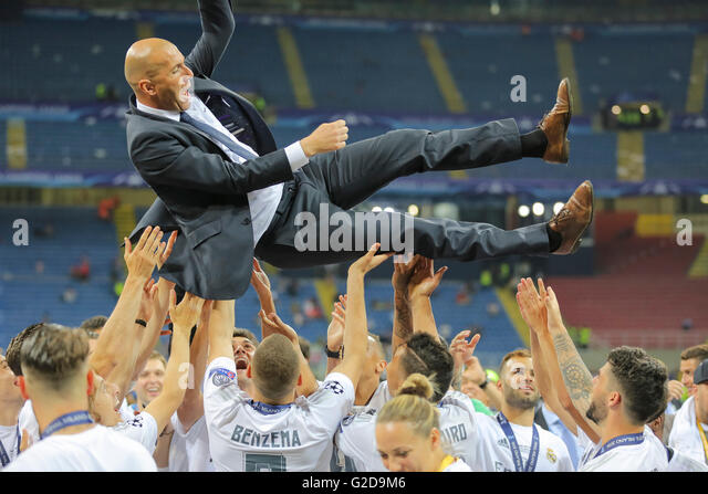 Milan, Italy. 28th May, 2016. Zinedine ZIDANE, Trainer Real Madrid thrown up by his team Champions League Trophy - Stock-Bilder