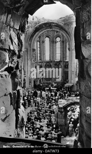 post war period, destroyed  , Germany, Berlin, Memorial Church, church service, 1940s, ruins, ruin, debris, people, - Stock Image
