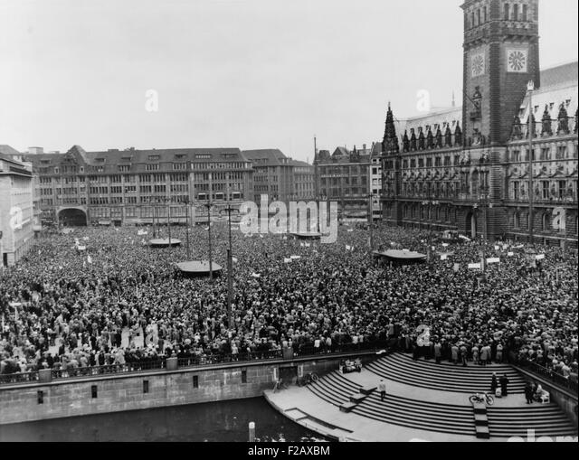 Massive anti-nuclear demonstration against atomic armament for the West German Army. City Hall Square, Hamburg, - Stock-Bilder