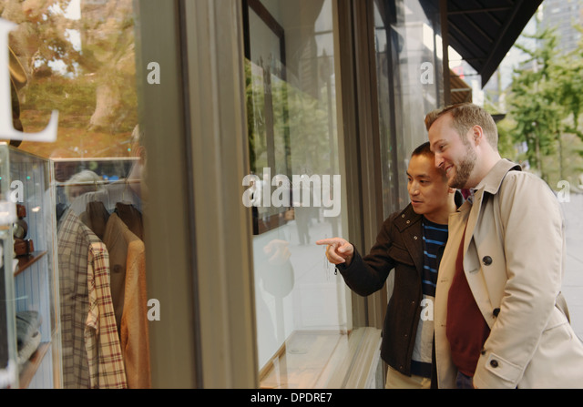 Gay couple window shopping - Stock Image