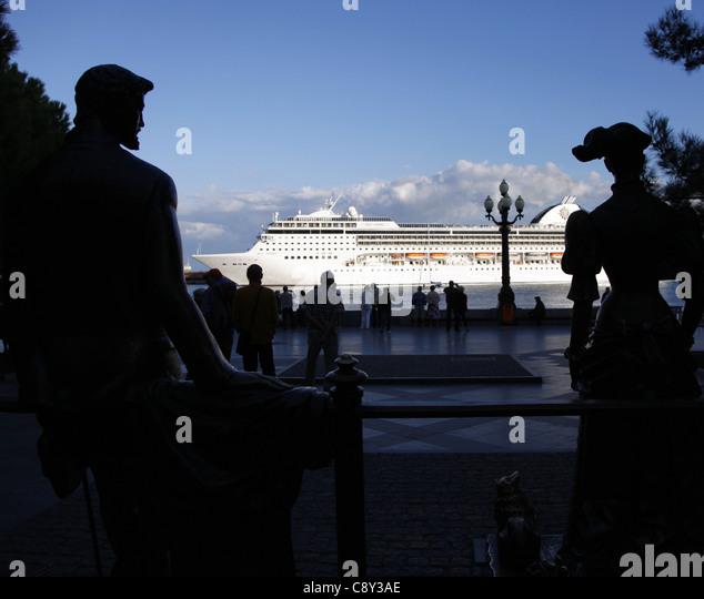 SILHOUETTED FIGURES & MSC OPERA CRUISE LINER YALTA CRIMEA UKRAINE 02 October 2011 - Stock Image