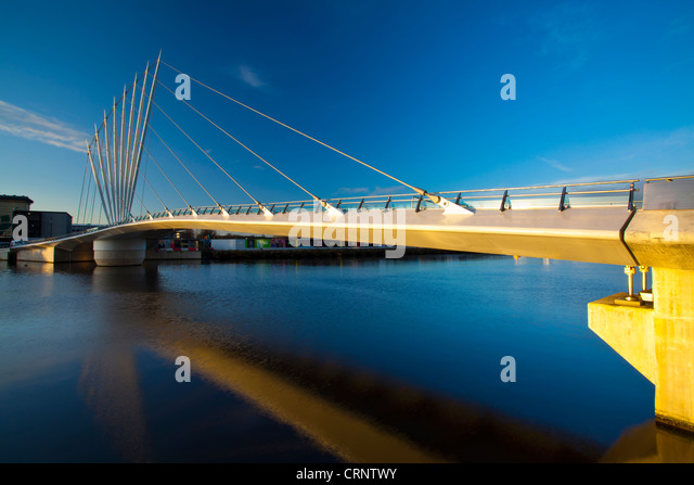 Swing Bridge located near MediaCity UK on Salford Quays near Old Trafford in Manchester. - Stock-Bilder