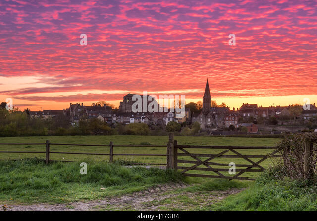 Wiltshire, UK. 19th Apr, 2017. UK Weather - After a cold night in April, a beautiful dawn sky glows red over the - Stock-Bilder