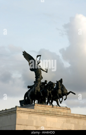 Statue of Winged Victory with Peace chariot and horses by Adrian Jones 1912 on Wellington Arch on a summer evening - Stock Image