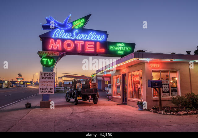 Historic Blue Swallow Motel with a vintage car parked in front of it during the blue hour - Stock Image