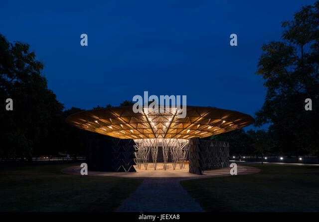 Night time view. Serpentine Summer Pavilion 2017, London, United Kingdom. Architect: Diebedo Francis Kéré, - Stock-Bilder