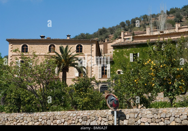 Large impressive houses in Deia (Majorca - Spain) with lemon trees bearing fruit. Maisons bourgeoises à Deia - Stock Image