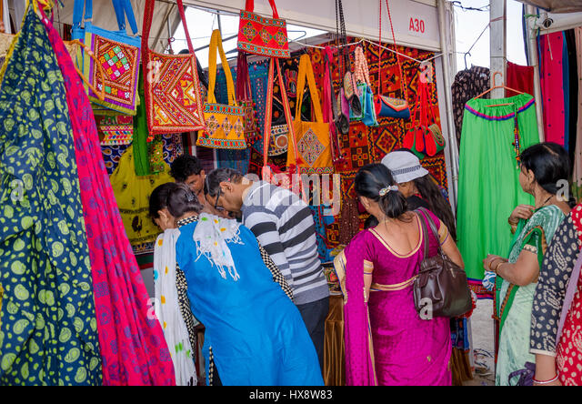 KUTCH, GUJARAT, INDIA - DECEMBER 27, 2016: An unidentified group of people at handicraft shop looking at colorful - Stock-Bilder