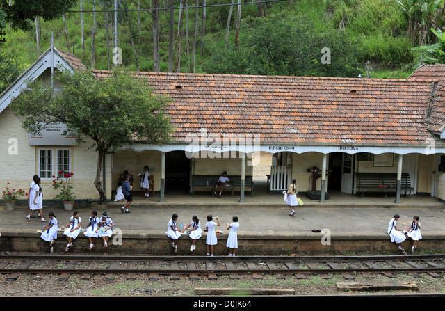 Schoolchildren in uniform at Demodara train station near Ella in the Sri Lanka highlands. - Stock-Bilder