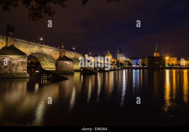 A night view of the river Vltava and Karlovy Most, the Charles Bridge in Prague - Stock-Bilder