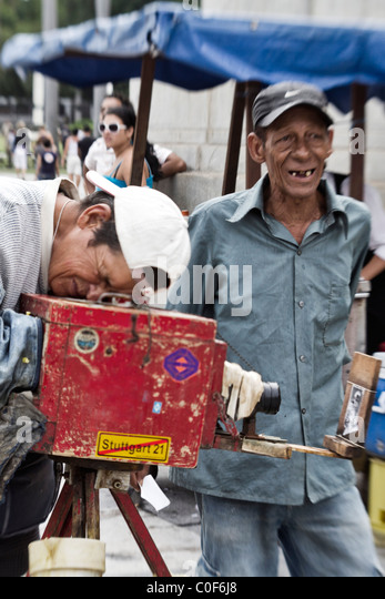 Local Photographer with 100 year old wooden Camera, Havanna, Cuba - Stock Image