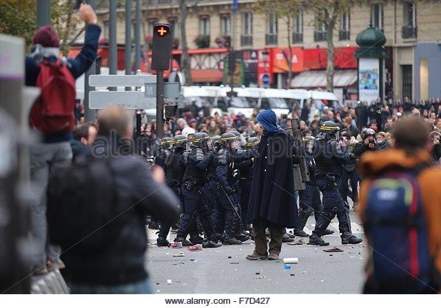 Paris-10E-Arrondissement, France. novembre 29th, 2015. FRANCE, Paris : A demonstrator dressed in black with a blue - Stock Image