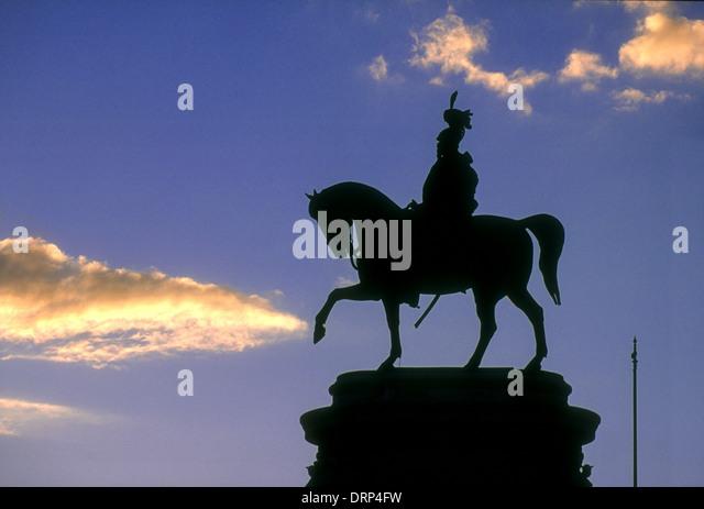 vittorio emanuele ii monument Rome statue of vittorio emanuele at dusk - Stock Image