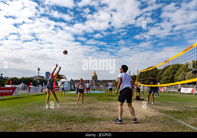 Paris, France. 24th Jun, 2017. People practising volleyball in front of Invalides monument during the Paris Olympic - Stock Image
