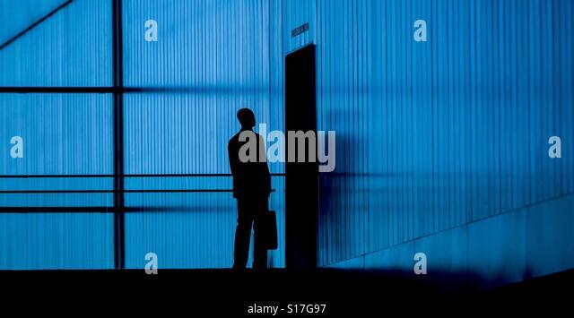 A man stands in front of a door - Stock-Bilder