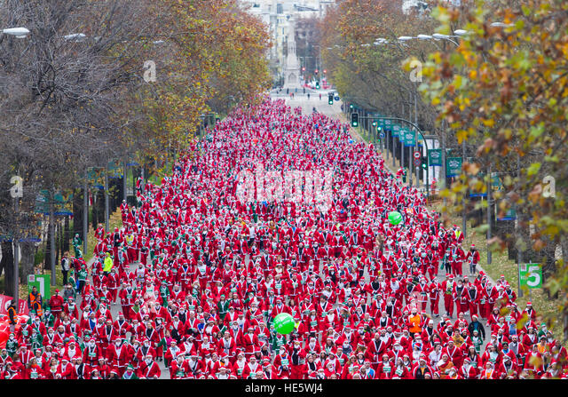 Madrid, Spain. 17th Dec, 2016. People dressed in Santa Claus costumes take part in a run in Madrid, Saturday, Dec. - Stock Image
