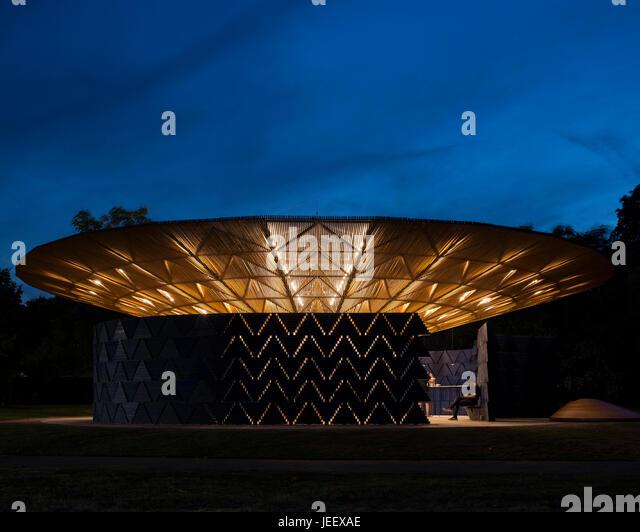 Night time view with perimeter wall. Serpentine Summer Pavilion 2017, London, United Kingdom. Architect: Diebedo - Stock-Bilder