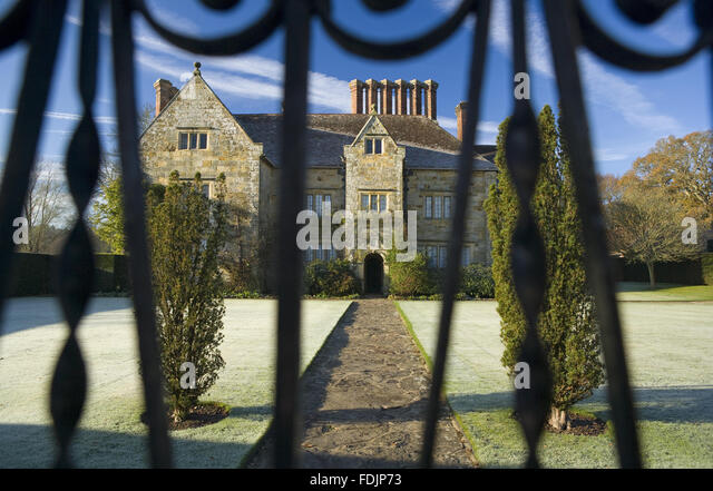 A view through the gate, on a frosty morning at Bateman's, Burwash, East Sussex. The Jacobean house was the - Stock-Bilder