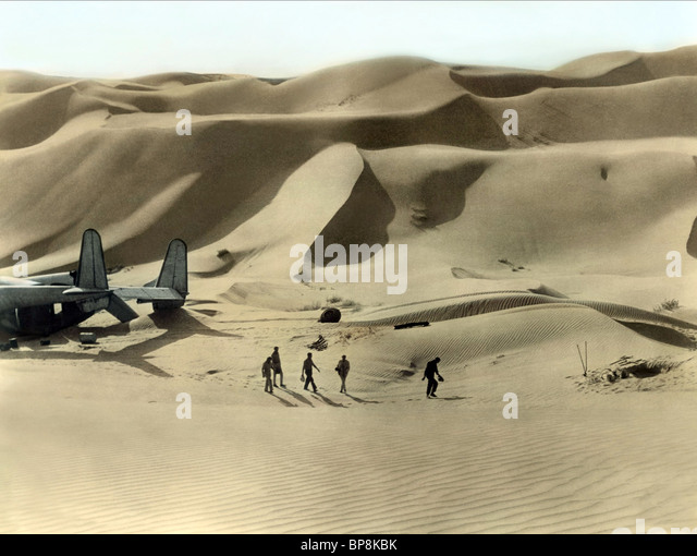 CRASHED AIRCRAFT IN DESERT THE FLIGHT OF THE PHOENIX (1965) - Stock Image