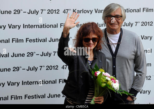 U.S. actress Susan Sarandon and KVIFF President Jiri Bartoska pose for photographers as she arrives at the 47th - Stock-Bilder