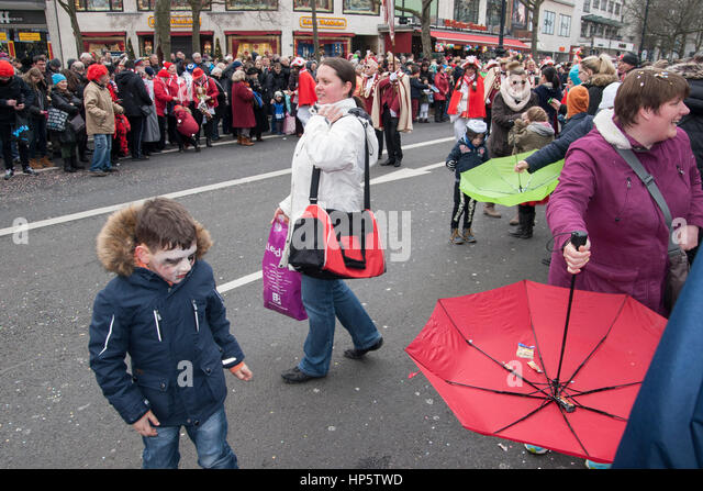 Berlin, Germany. 19th Feb, 2017. Carnival parade. Spectators catch sweets (thrown by the parade) with reversed umbrellas. - Stock Image