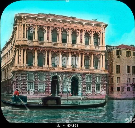 Leise schwankend gleitet die Gondel weiter und wiegt uns in träumerisches Sinnen. Palazzo Pesaro - ein Denkmal - Stock Image