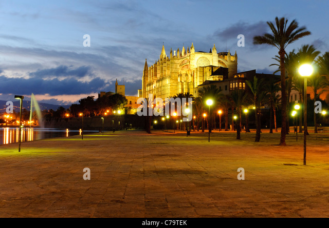 La Seu, illuminated cathedral and landmark of Palma in the evening light, historic town centre, Palma de Majorca, - Stock-Bilder