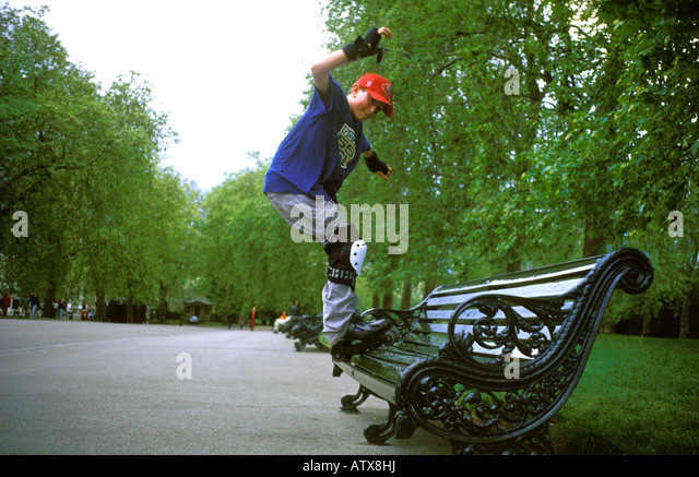 Young boy on rollerbalades in Hyde Park. - Stock-Bilder