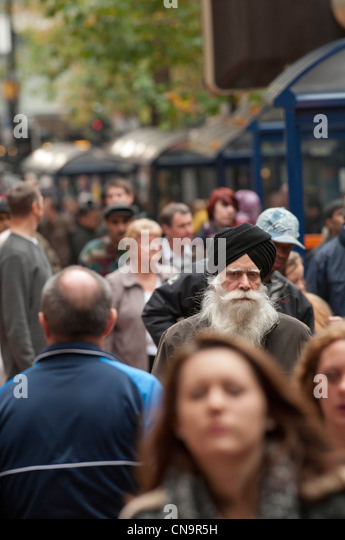 Shoppers in Birmingham city centre - Stock-Bilder
