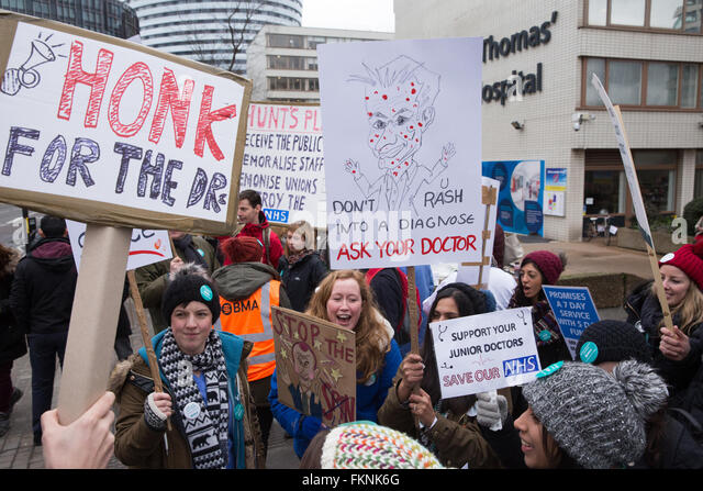 London, UK. 9th March 2016. Junior doctors on the picket line outside St Thomas' Hospital during the ongoing - Stock Image