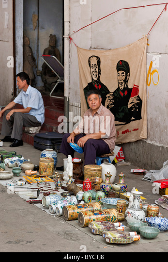 Street souvenir sellers in an alley in Chengdu, Sichuan Province, China. JMH4780 - Stock Image