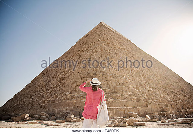 Mature woman tourist at The Great Pyramid of Giza, Egypt - Stock-Bilder