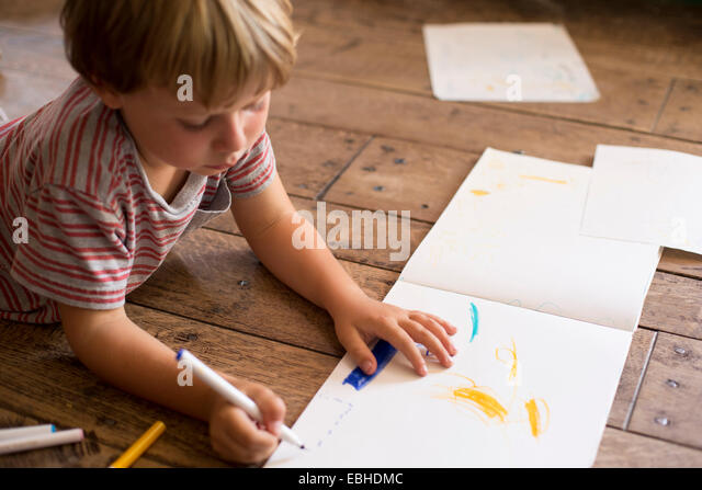 Young boy drawing on paper - Stock-Bilder