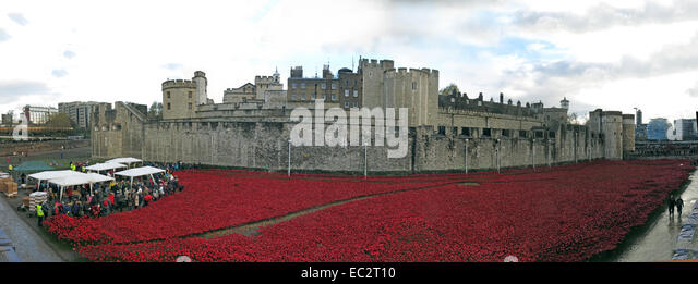 Panorama of Blood Swept Lands and Seas of Red poppies, at The Tower of London, England UK, from Tower Hill north - Stock Image