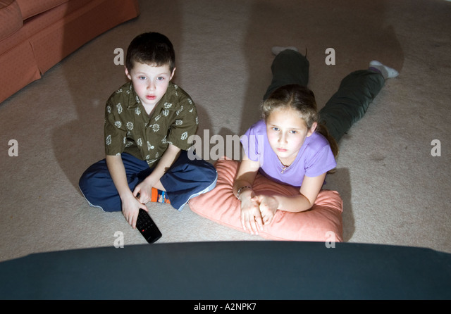 Children watching television at home England UK - Stock-Bilder