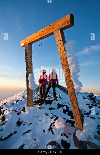Two people are framed by a wooden gate on Mount Fuji, Honshu, Japan. - Stock Image