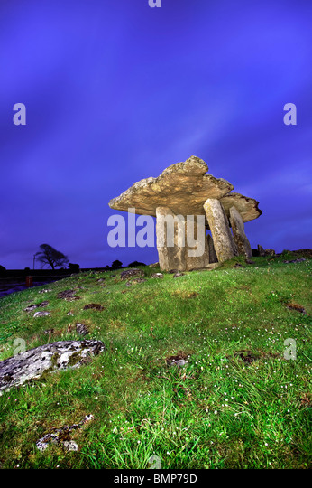 The Poulnabrone Dolmen, The Burren, Co Clare. Ireland. - Stock Image