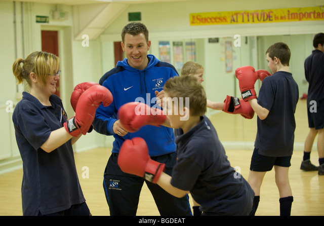 pupils at Broadoak Sports College a secondary school in BURY, near Manchesterboxing in the gym as part of their - Stock Image