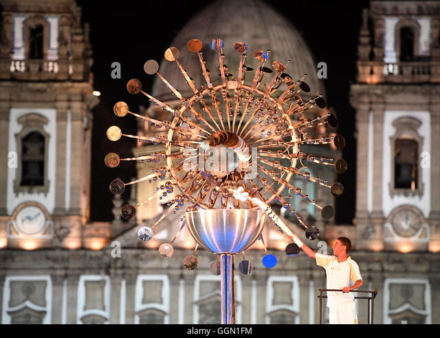 Rio de Janeiro, Brazil. 6th Aug, 2016. Brazilian Jorge Alberto Oliveira Gomes lights the Olympic flame at the Praça - Stock-Bilder